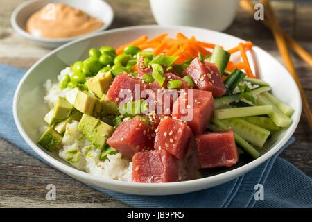 Rohen Bio Ahi Thunfisch Poke Schüssel mit Reis und Gemüse - Stockfoto