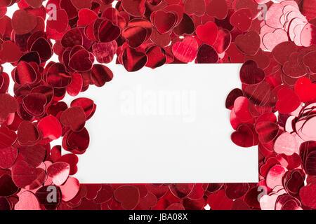 ... Kleine Rote Konfetti Und Emty Karte Zum Valentinstag Liebe Nachricht    Stockfoto