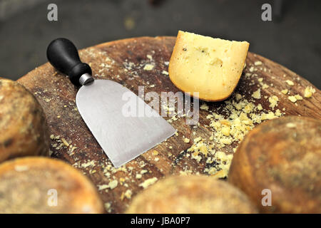 Spezialmesser und berühmten italienischen Käse Pecorino auf kleinen Holztisch. - Stockfoto