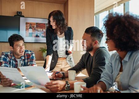 Gruppe von jungen Geschäftsleuten neues Farbschema für Projekt zu diskutieren. Brainstorming im Tagungsraum mit - Stockfoto
