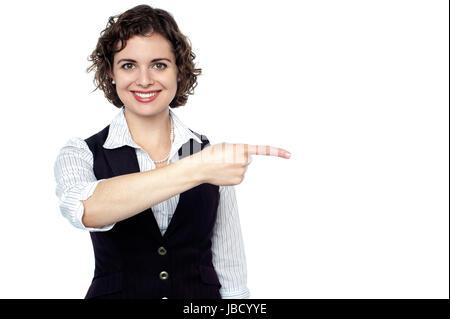 Halblängen Porträt eines Mitarbeiters zuversichtlich in Richtung links von ihr. - Stockfoto