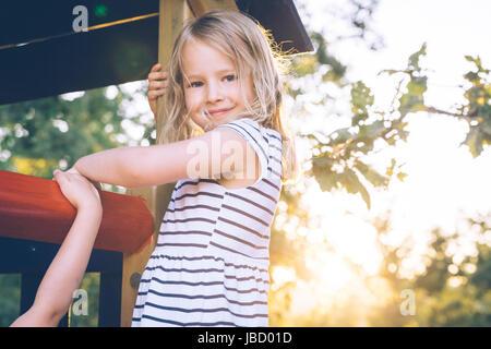 Blonde Mädchen auf einem Spielplatz. - Stockfoto
