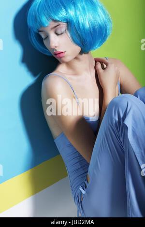 Tagtraum. Entspannung. Frau in blauen Perücke schlafen - Stockfoto