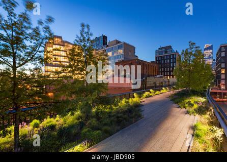 Die Highline (aerial Greenway High Line Park) in der Dämmerung im Sommer. Chelsea, Manhattan, New York City - Stockfoto