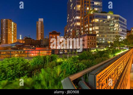 Die High Line an einem Sommerabend im Herzen von Chelsea (hier an der Kreuzung der 10th Avenue und 17th Street). Manhattan, New York City
