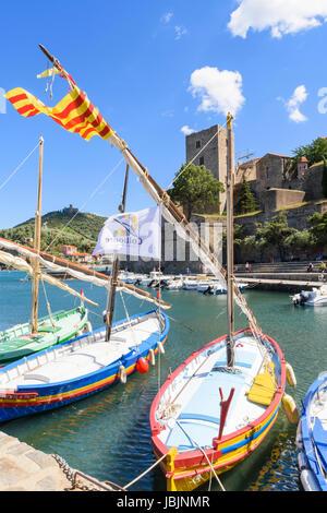 Das Château Royal mit Blick auf traditionelle Boote im kleinen Hafen von Collioure, Côte Vermeille, Frankreich - Stockfoto