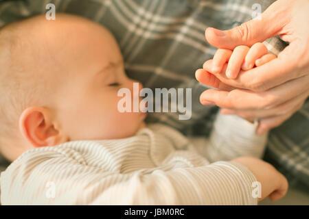 Nahaufnahme, Baby Boy Hand in Hand mit Vater schlafen - Stockfoto