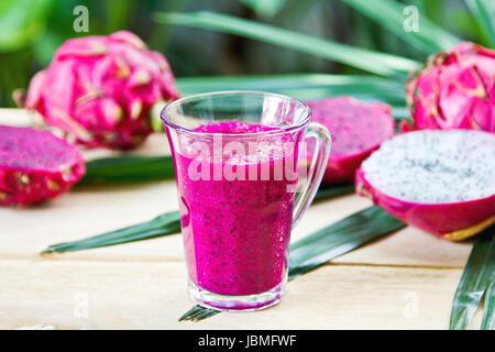 Lila Drache-Frucht-Smoothie von frischen Zutaten - Stockfoto