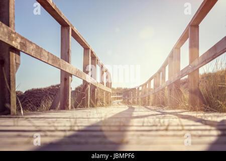 Promenade zum Strand über Sanddünen - Stockfoto