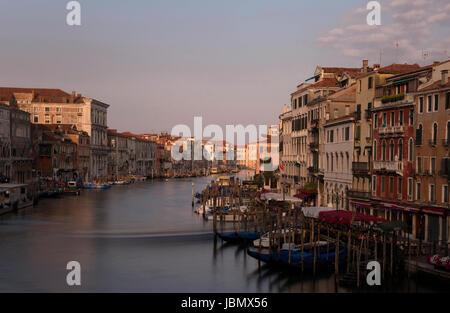 Blick auf den Canal Grande von der Rialto Brücke bei Sonnenaufgang in Venedig / Venezia - Stockfoto