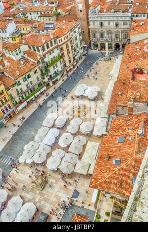 VERONA, Italien-ca. Juni 2014: Piazza Delle Erbe Verona, Italien, ca. Juni 2014. Einer der beliebtesten Plätze in - Stockfoto