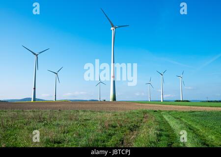 Windmühlen in den Feldern - Stockfoto