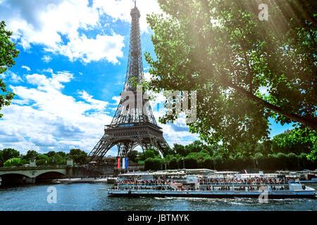 Paris, Frankreich, 6. Juni 2017: Paris, die schöne Aussicht auf den Eiffelturm an einem Sommertag - Stockfoto