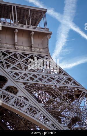 Eiffelturm in Paris Wahrzeichen Vor Blauem Himmel Im Frühling Architektur aussicht - Stockfoto