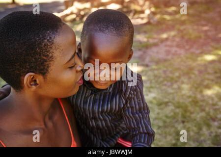 Mutter und Sohn im park - Stockfoto