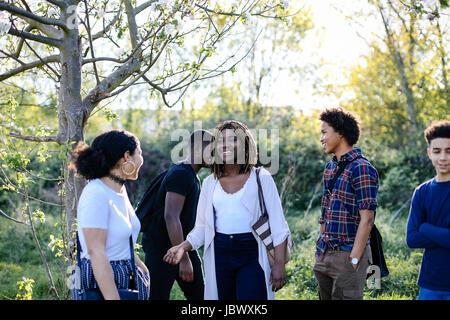 Gruppe von Freunden, ein Spaziergang durch den park - Stockfoto