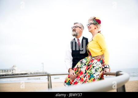 50er Jahre Vintage-Stil zu zweit am Strand mit Blick auf - Stockfoto
