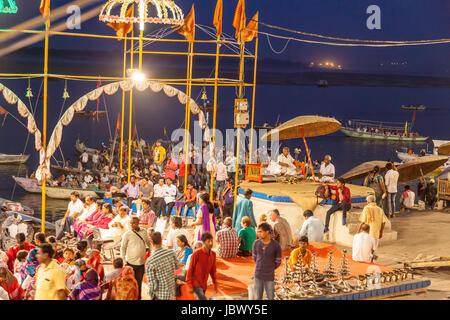 Dashashwamedh Gat, Ganga Puja Abendritual am Ganga Aarti Feier auf den Ghats in Varanasi, Indien, Asien - Stockfoto