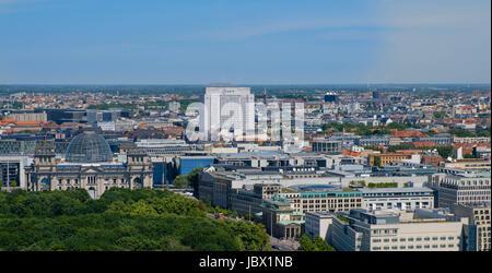 Berlin, Deutschland - 9. Juni 2017: Berliner Skyline über das Reichstagsgebäude, Brandenburger Tor (Brandenburger - Stockfoto