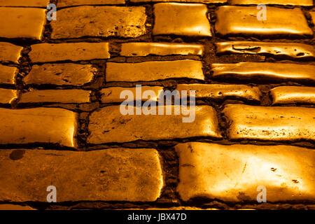 Beleuchtete goldene Pflastersteine von Rovinj, Kroatien - Stockfoto