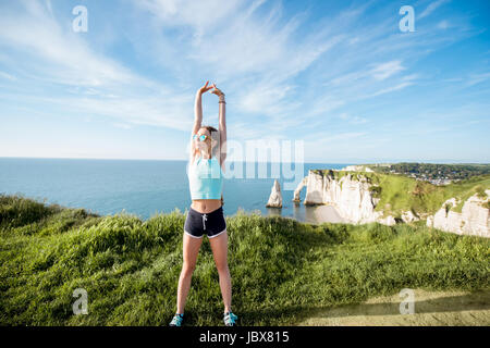 Frau in Sportbekleidung Training im freien - Stockfoto