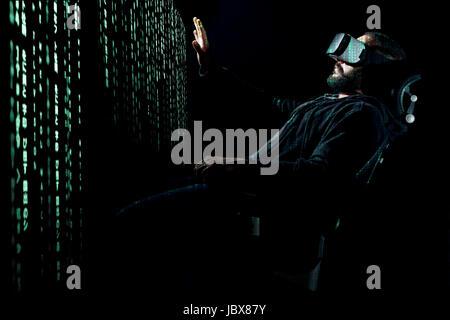 Junge Hipster bärtigen Mann mit virtual-Reality-Brille. Virtuelles Datenkonzept. - Stockfoto