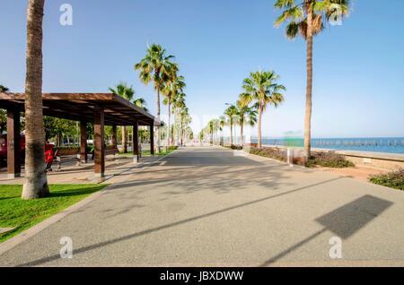 Ein Blick auf Molos Promenade an der Küste von Limassol Stadt in Zypern. Ein Blick auf den Spaziergang Weg umgeben - Stockfoto