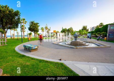 Ein Blick auf Molos Promenade an der Küste von Limassol Stadt in Zypern. Blick auf dem Spaziergang Weg umgeben von - Stockfoto