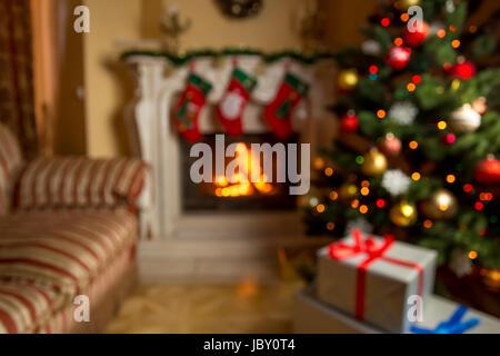 Out of Focus Hintergrund mit Wohnzimmer dekoriert für Weihnachten mit brennenden Kamin - Stockfoto