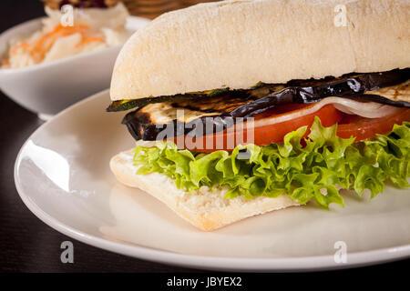 Vegetarischer Veganer Hamburger Mit Tomate Aubergine Und Salat in Einem Ciabattabrötchen - Stockfoto