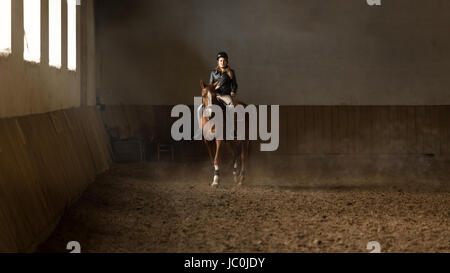 Schöne junge Frau Jockey Ausbildung bei Reithalle - Stockfoto