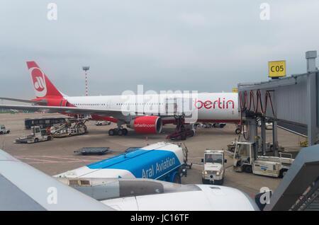 Air Berlin Boeing wird geladen am Flughafen Düsseldorf. Airberlin ist eine Billigfluggesellschaft, die Passagiere - Stockfoto