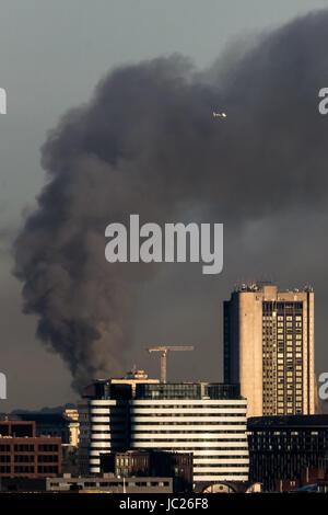 London, UK. 14. Juni 2017. Riesige Feuer bei Grenfell Turm gesehen aus Süd-Ost-London © Guy Corbishley/Alamy Live - Stockfoto