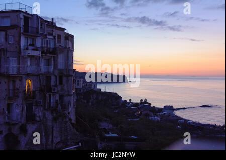 Haus am meer bei sonnenuntergang  Tropea, Kalabrien, Italien, Orange Sonnenuntergang am Strand von ...
