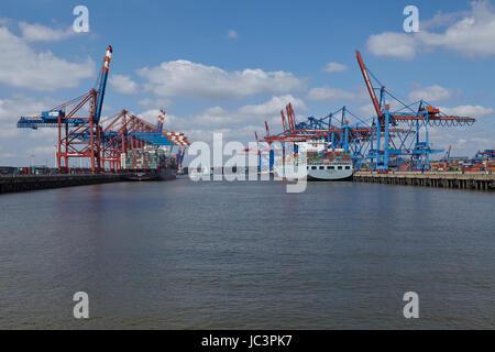 Die Containerschiffe Cosco Beijing und ZIM Los Angeles zur geladen/entladen in die Container-Terminals Burchardkai - Stockfoto
