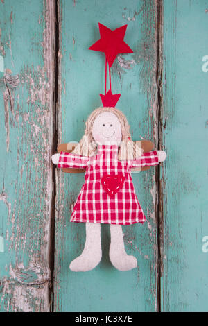 Engel Puppe hängen, Türkis aus Holz Hintergrund für Weihnachten genäht - Stockfoto