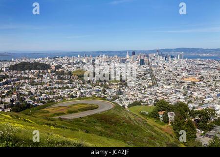 Ein Blick auf die Skyline von San Francisco aus Twin Peaks. Dies ist ein Morgen Aufnahme an einem Frühlingstag, - Stockfoto