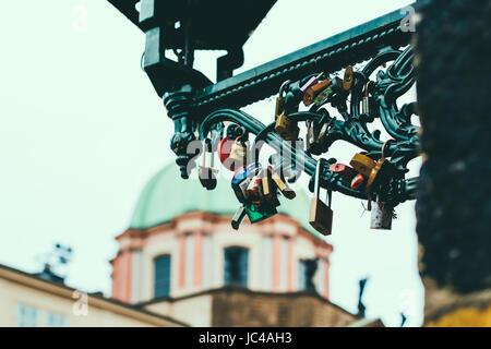 Liebesschlösser auf eine Metall Laterne auf der Karlsbrücke in Prag - Stockfoto