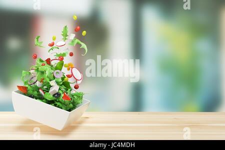 Frischer Salat mit Tomaten, Oliver und Zwiebel - Stockfoto