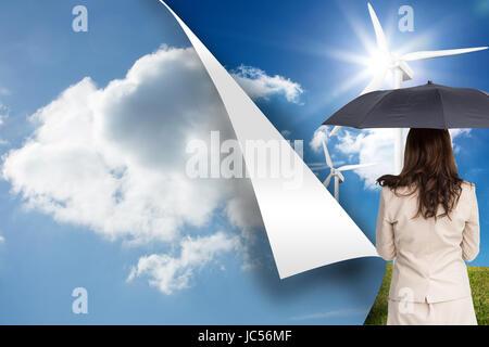 Zusammengesetztes Bild der Rückansicht der edle Geschäftsfrau hält Regenschirm - Stockfoto