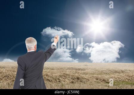 Zusammengesetztes Bild der Heckansicht des ernsthaften Geschäftsmann stehend und schreiben - Stockfoto