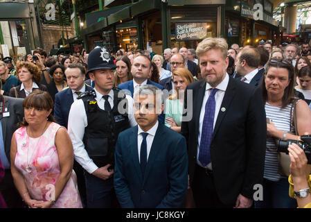 London, UK. 14. Juni 2017. Londoner Bürgermeister Sadiq Khan im Borough Market als es öffnet erneut der Öffentlichkeit - Stockfoto