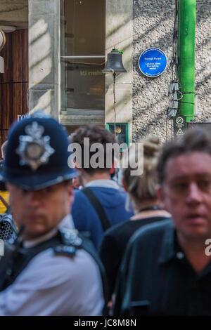 London, UK. 14. Juni 2017. Behörden mit Polizei und Sanitäter unübersehbar wachsam bleiben - die Markt-Wiedereröffnung - Stockfoto
