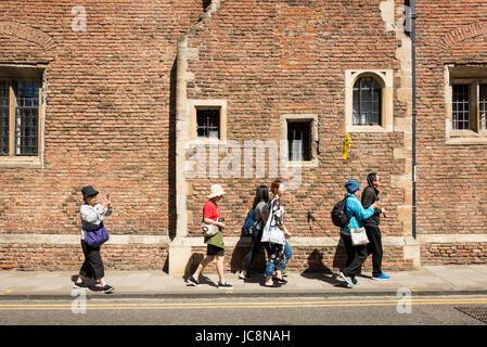 Cambridge, UK. 14. Juni 2017. Touristen genießen die Sonne im warmen sonnigen Wetter, Temperaturen zu rechnen sind - Stockfoto