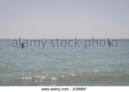 Brighton, Sussex, UK. 14. Juni 2017. Sonnenanbeter geniessen eine der heißesten Tage des Jahres. Credit: Jonathan - Stockfoto