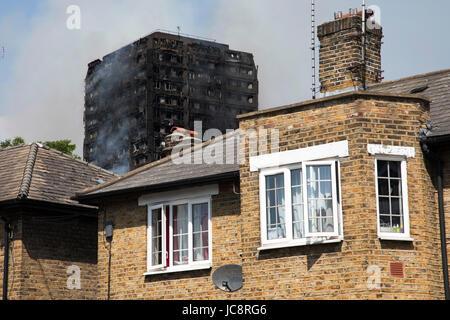 London, UK. 14. Juni 2017. Notfall Feuerwehren bekämpfen ein Feuer in den Grenfell Tower in der Nähe von Notting - Stockfoto
