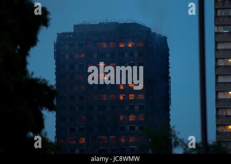 Grenfell Tower, London, UK. 14. Juni 2017. 20:42 noch in Brand Credit: Ibeep Bilder/Alamy Live News - Stockfoto