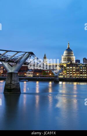 St. Pauls Kathedrale, der Millennium Bridge und der Themse, London, England, Vereinigtes Königreich - Stockfoto