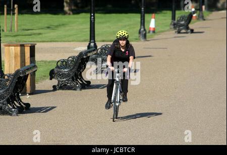 Jun14, 2017 - ein Radfahrer fährt in der Sonne durch Kensington Gardens, Royal Borough of Kensington und Chelsea - Stockfoto