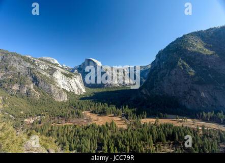 Ein Blick von der Yosemite Tal südöstlich auf Half Dome. Yosemite ist Heimat von Wasserfällen, Granitfelsen und - Stockfoto